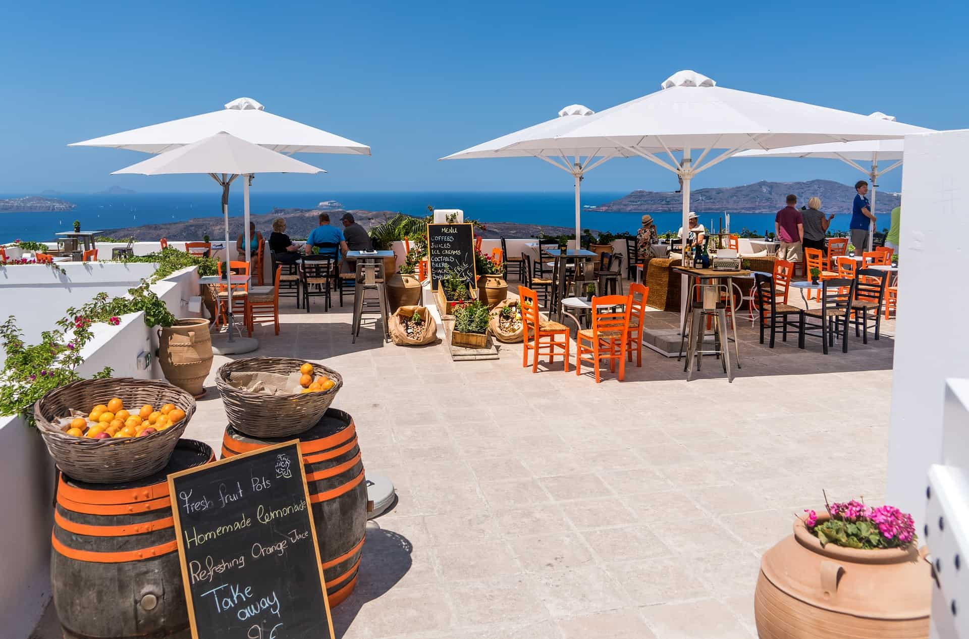 Santorini restaurant, a good place to save money on food while traveling